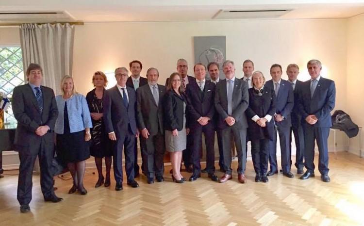 Foto de familia del embajador de Finlandia en España, cónsules y vicecónsules honorarios y personal directivo de la Embajada en Madrid