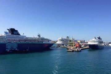 """Los buques """"Zenith"""" (izq.) y """"Horizon"""" coinciden hoy en el puerto de Las Palmas de Gran Canaria"""