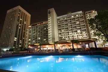 Vista nocturna del antiguo hotel Caracas Hilton desde la piscina
