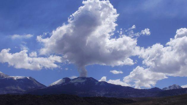 La columna de gases y cenizas del volcán Sabancaya se elevó a unos 3.500 m de altura