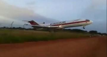 El avión despega en el limite de la servidumbre del aeropuerto de Cumaribo