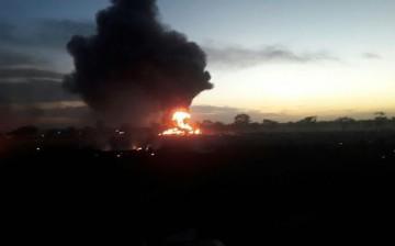 Una explosión seguida de incendio atestigua el lugar donde se estrelló la aeronave