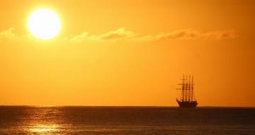 "La silueta del buque ""Juan Sebastián de Encano"" se recorta en la línea del horizonte"