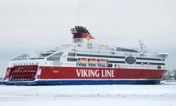"""El ferry """"Viking Xpres"""" maniobra en las aguas heladas del puerto de Helsinki"""