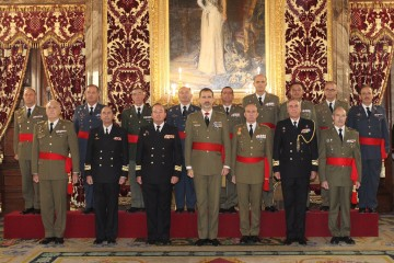 Foto de familia del rey Felipe Vi con el grupo de contralmirantes y generales de brigada