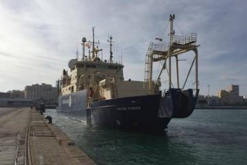 """El buque cablero """"Peter Faber"""", atracando en el puerto de Cádiz"""