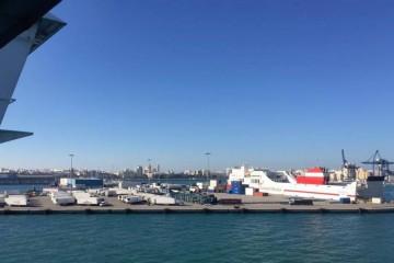 """El buque """"Forza"""", atracado en Cádiz, visto desde el buque """"Albayzin"""""""
