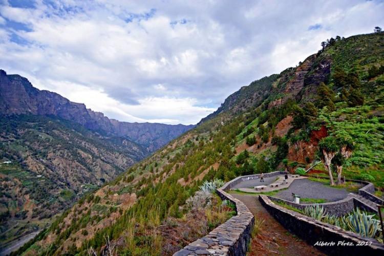 Las paredes septentrionales de la  grandiosa Caldera de Taburiente, vista desde el mirador de La Cancelita