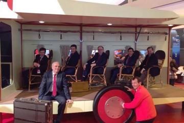 El comité de dirección de Iberia posa, divertido, en los asientos de la maqueta del primer avión de Iberia