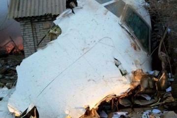 La cabina del avión, entre restos de viviendas