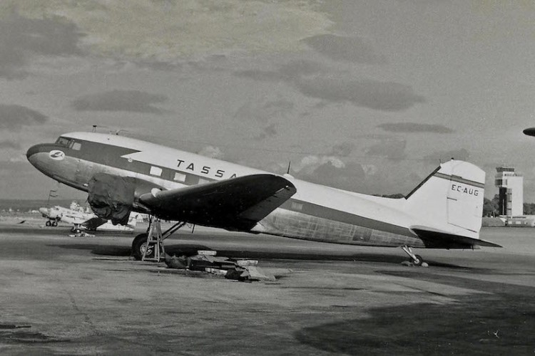 Douglas DC-3 de TASSA (EC-AUG), en el aeropuerto de Palma de Mallorca