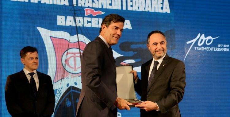 Jorge Vega-Penichet, presidente de Trasmediterránea,  entrega una distinción a Jaume Ciurana