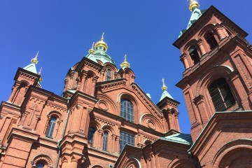 La catedral ortodoxa de Uspenski destaca en el conjunto urbano de Helsinki