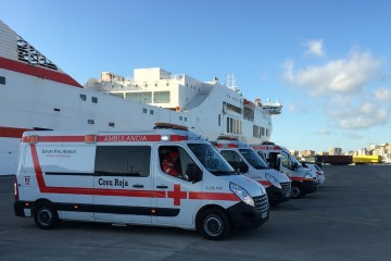 "Las ambulancias, dispuestas para intervenir al costado del buque ""Tenacia"""