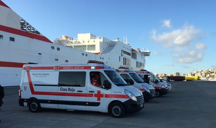 """Las ambulancias, dispuestas para intervenir al costado del buque """"Tenacia"""""""