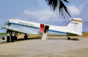 Douglas DC-3 de Spantax, EC-BEG, en el aeródromo de Tauima (Marruecos)