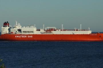 """El buque metanero """"La Mancha Knutsen"""", ayer, fondeado en Algeciras"""