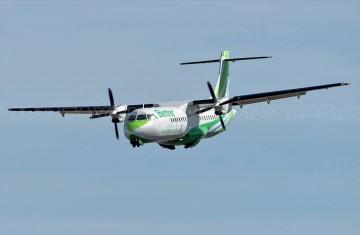Oportuna foto del momento en el que se abre el tren de aterrizaje del avión