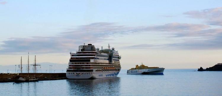 """El fast ferry """"Benchijigua Express"""" salió esta mañana a prueba de motores"""