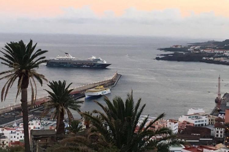 """El buque """"Mein Schiff 2"""", en el momento de entrar en la bahía de Santa Cruz de La Palma"""
