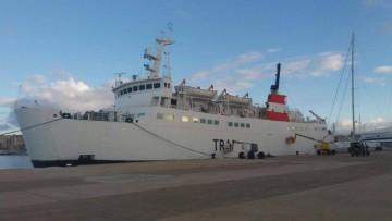"""El buque """"Nura Nova"""" está siendo pintado con la imagen corporativa de Trasmediterránea"""