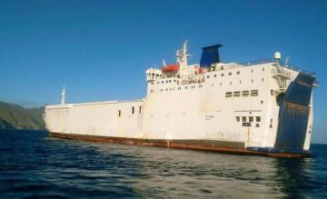 """El buque """"Med Star"""", fondeado esta mañana en aguas de Santa Cruz de Tenerife"""