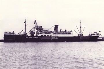 """El buque """"Isla de Tenerife"""", pintado con las marcas de la neutralidad, durante la Segunda Guerra Mundial"""