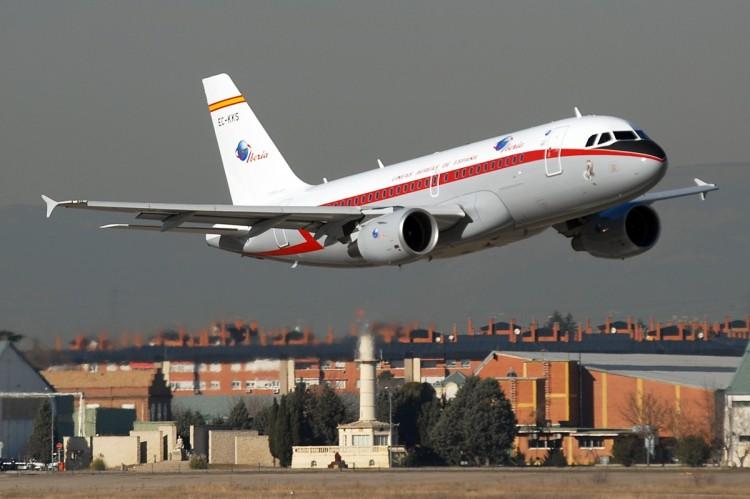 El avión A-319 de Iberia, en el momento del vuelo rasante