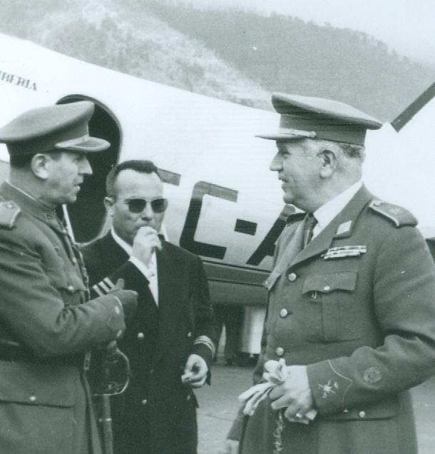 Luis Guil Valverde, entre autoridades militares, en el primer aeropuerto de La Palma