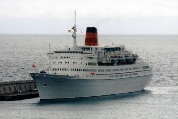 """El buque """"Vistafjord"""", en su etapa con Cunard, en una escala en Santa Cruz de La Palma"""