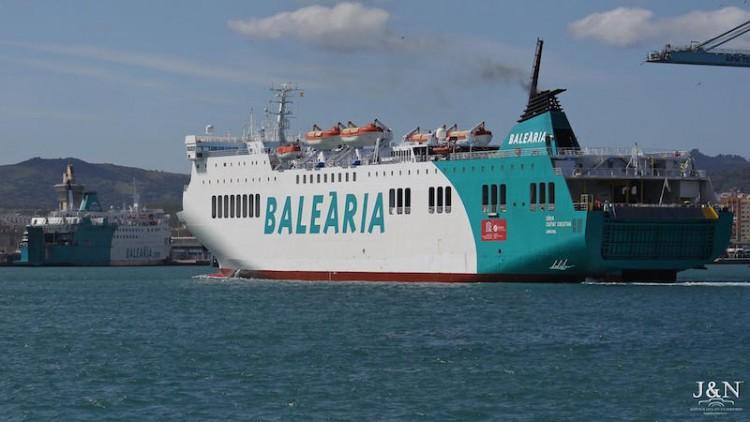 """El buque """"Denia Ciutat Creativa"""" a su llegada a Algeciras. A la izquierda, el buque """"Poeta López Anglada"""""""