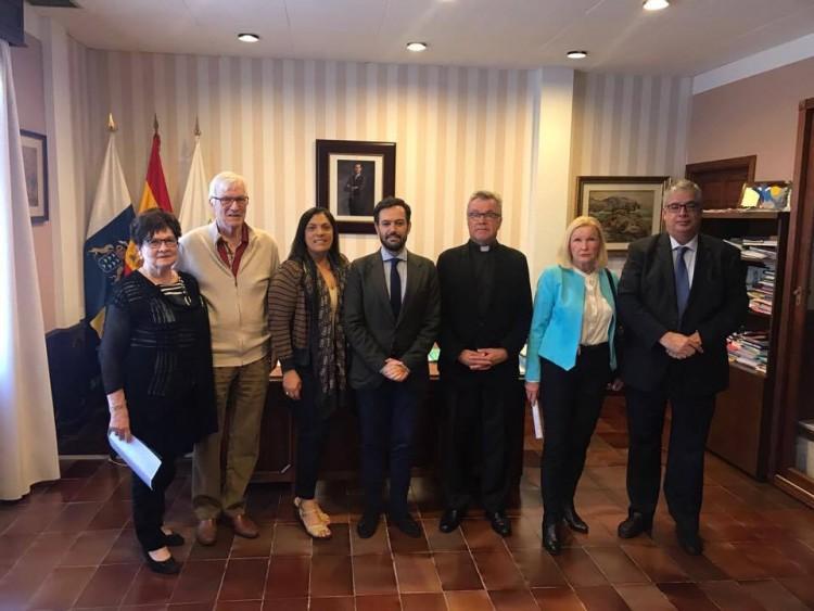 La representación de la Iglesia Luterana de Finlandia y el cónsul en Canarias, con el alcalde y la concejal de Turismo de Puerto de la Cruz