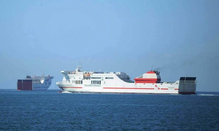 """Los buques """"Tenacia"""" y """"Forza"""" (izquierda), a su salida del puerto de Palma"""