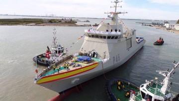 """El buque """"Audaz"""", asistido por los remolcadores tras su botadura"""