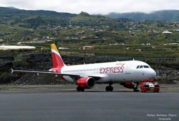 Un tractor empuja un avión A320 de Iberia Express en el aeropuerto de La Palma