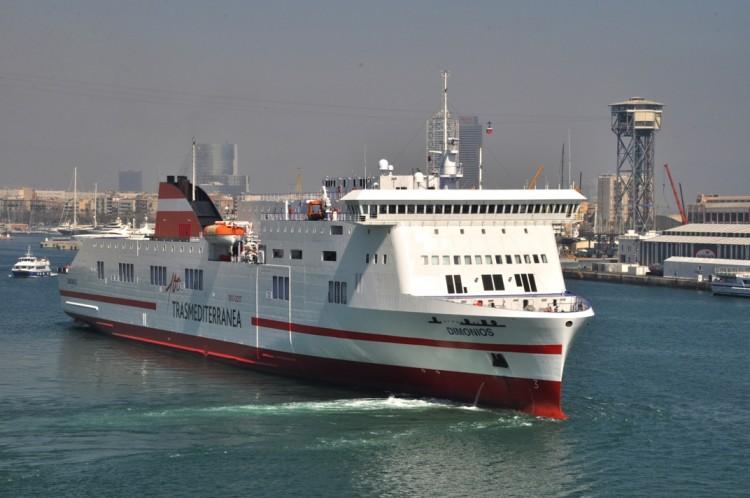 """El buque """"Dimonios"""", maniobrando en el puerto de Barcelona"""