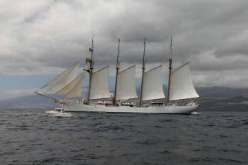 """El buque-escuela """"Juan Sebastián de Elcano"""", esta mañana, izando el aparejo"""