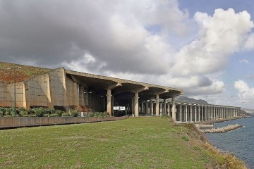 La prolongación de la pista de aterrizaje, con sus características columnas sobre el terreno