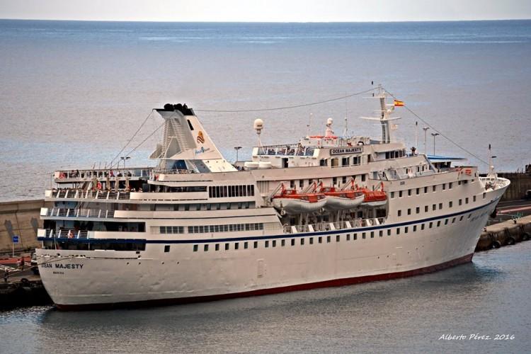 """El buque """"Ocean Majesty"""", atracado en el puerto de Santa Cruz de La Palma"""