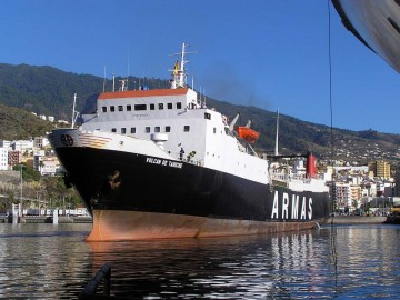 """El buque """"Volcán de Tahíche"""", segundo con este nombre, en el puerto de Santa Cruz de La Palma"""
