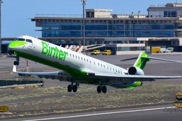 """El avión CRJ-1000 """"Islas Canarias"""" despega del aeropuerto de La Palma"""