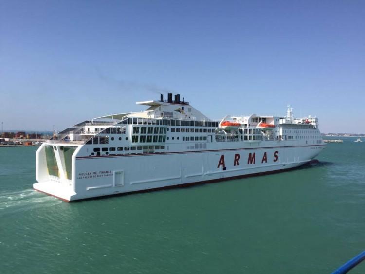"""El ferry """"Volcán de Tinamar"""", esta tarde, a su salida del puerto de Cádiz"""