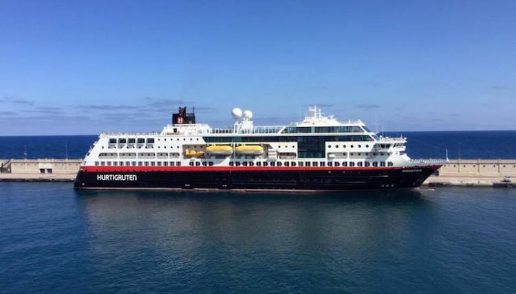 """El buque """"Midnatsol"""", en toda su eslora por estribor, atracado en el puerto de Santa Cruz de Tenerife"""