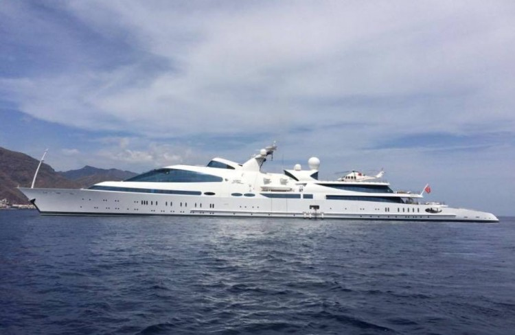 """El megayate """"Yas"""", a su llegada a Tenerife el pasado martes, en toda su eslora por la banda de babor"""