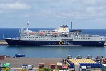 """El buque """"Ocean Endeavour"""", atracado en la Dársena de Los Llanos del puerto tinerfeño"""