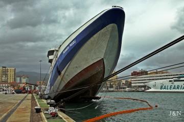 """El buque """"Panagia Parou"""", elevado de proa, antes de hundirse sobre el costado de babor"""