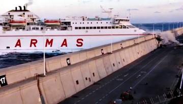 """Momento en el que el ferry """"Volcán de Tamasite"""" choca contra el espigón del muelle Nelson Mandera"""