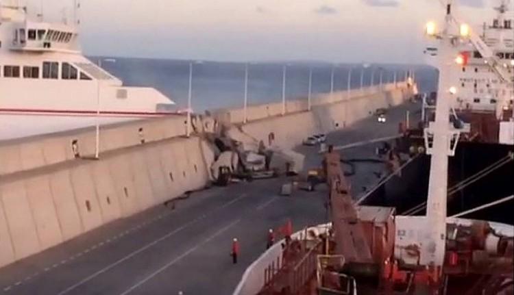 """Momento de la colisión del buque """"Volcán de Tamasite"""" contra el espaldón del muelle Nelson Mandela"""