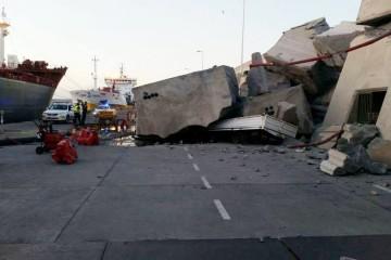 """Trozos de hormigón tras la embestida del ferry """"Volcán de Tamasite"""""""