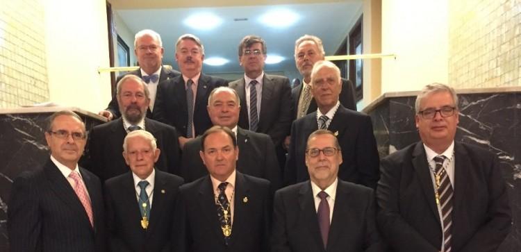 El nuevo académico (centro), rodeado de los miembros de la Academia que asistieron a su ingreso